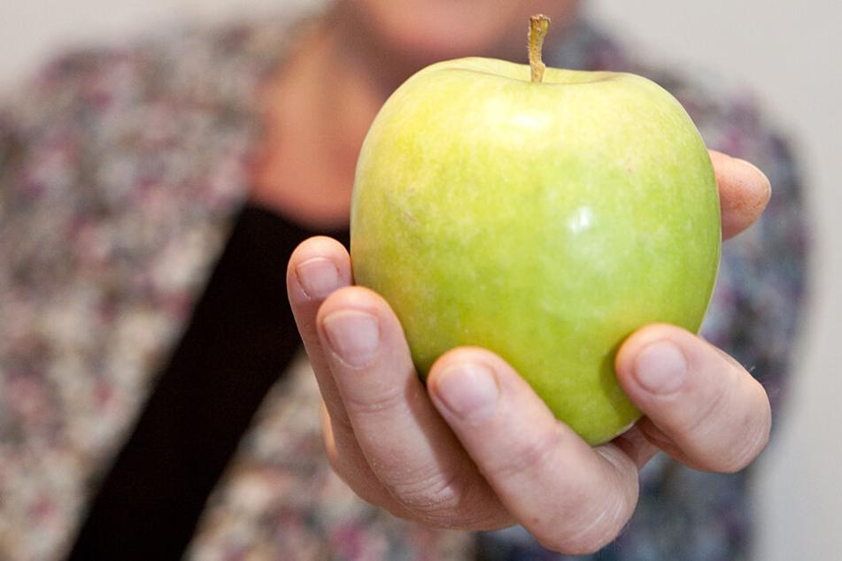Ein Apfel enthält in etwa so viel Vitamin C, wie ein Erwachsener pro Tag braucht - zusätzliche Präparate sind daher meist überflüssig.