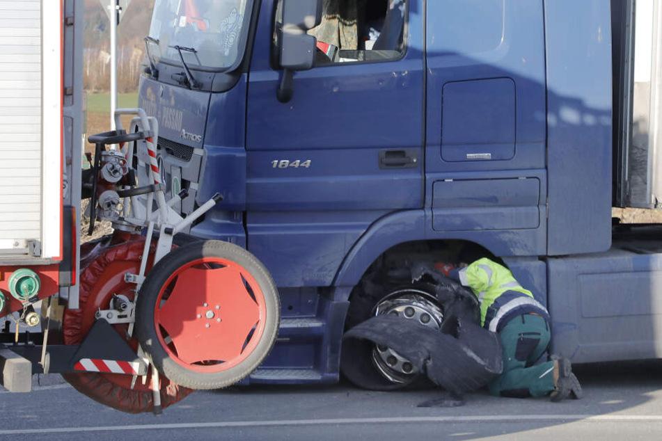 Dem Laster platze ein Reifen.