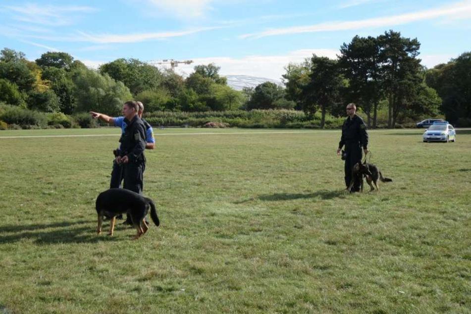 Die Polizei ist mit Hunden und Gewehren angerückt.