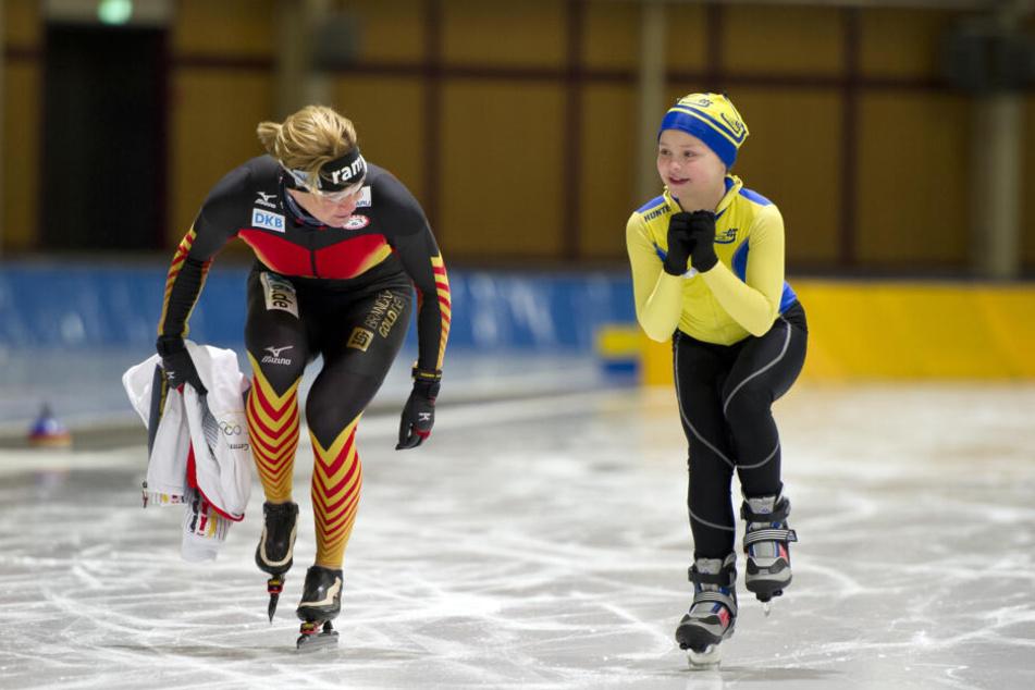 Da war die Welt noch in Ordnung: Eislauftalent Sarah König 2014 mit Superstar Claudia Pechstein.