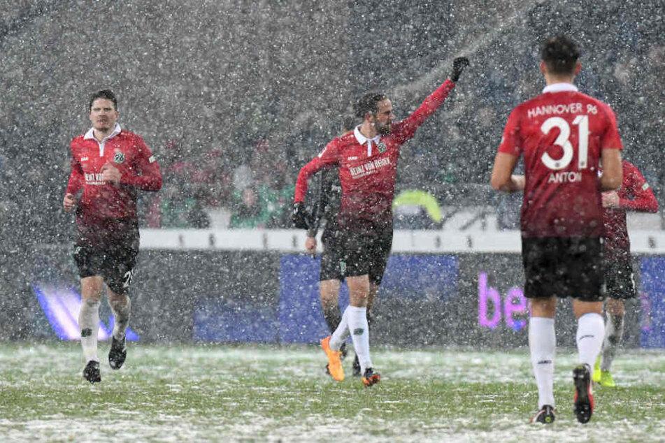 Der Hannoveraner Martin Harnik (Mitte) bejubelt sein Tor zum 2:0.
