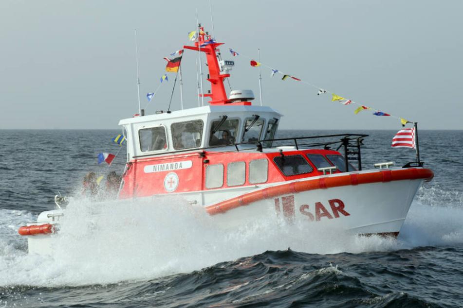 Ein Seenotrettungskreuzer suchte nach dem Mann.