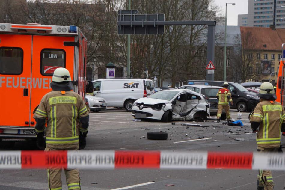 Feuerwehr und Polizei am Unfallort. Die Autofahrerin soll noch im Rettungswagen verstorben sein.