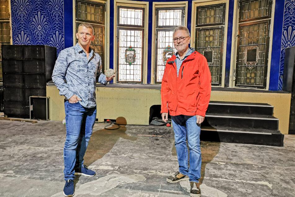 Parkhotel-Inhaber Jens Hewald (48, l.) und Dr. Michael Böttger (70) präsentieren stolz die entdeckten Fenster.