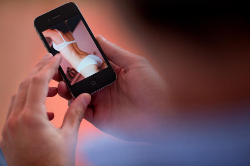 Der 31-Jährige erpresste die junge Frau mit freizügigen Aufnahmen. (Symbolbild)
