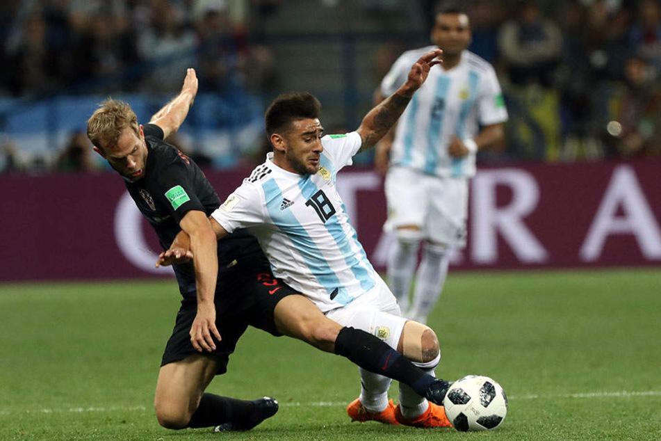 Eduardo Salvio aus Argentinien (r.) kämpft mit Ivan Strinic aus Kroatien um den Ball.