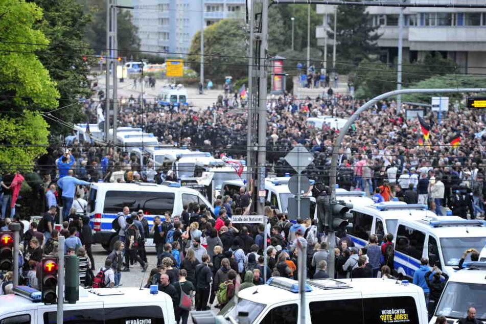 Bei einer Demo am 27.8. in Chemnitz wurde mehrfach der Hitlergruß gezeigt.