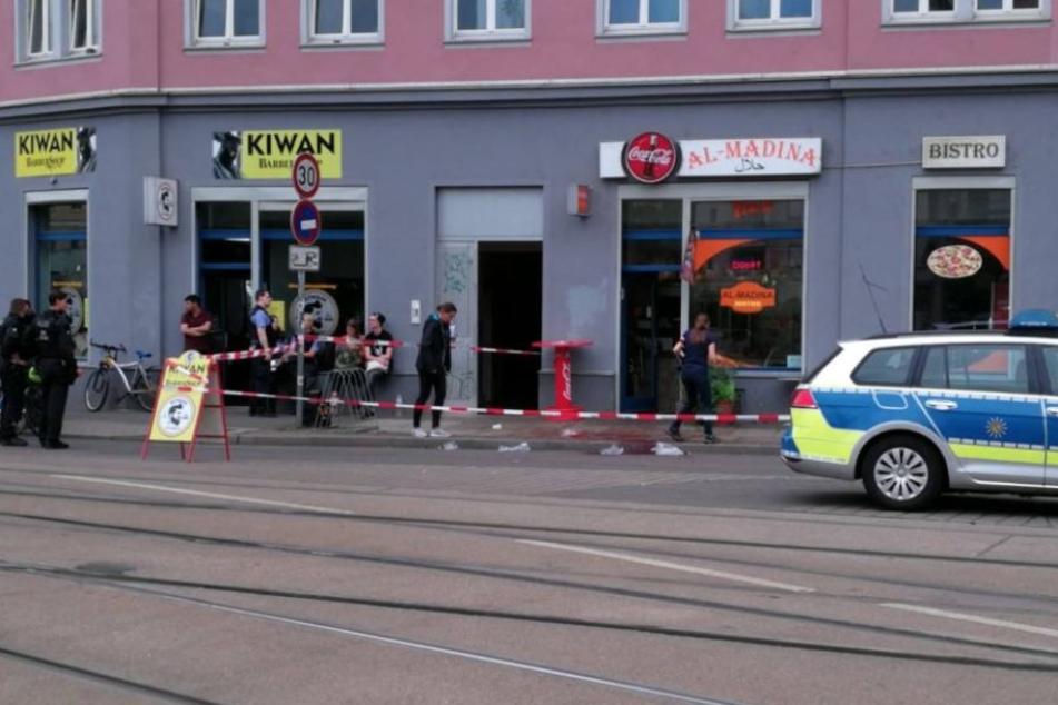 Nach einer blutigen Messerattacke am Montagabend fahndet die Polizei noch immer nach dem Angreifer.