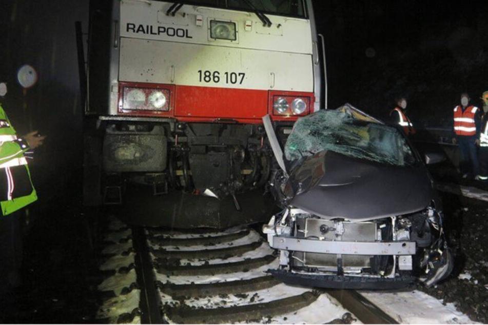 Beinahe von Zug überrollt: Mann rettet Frau in letzter Sekunde das Leben