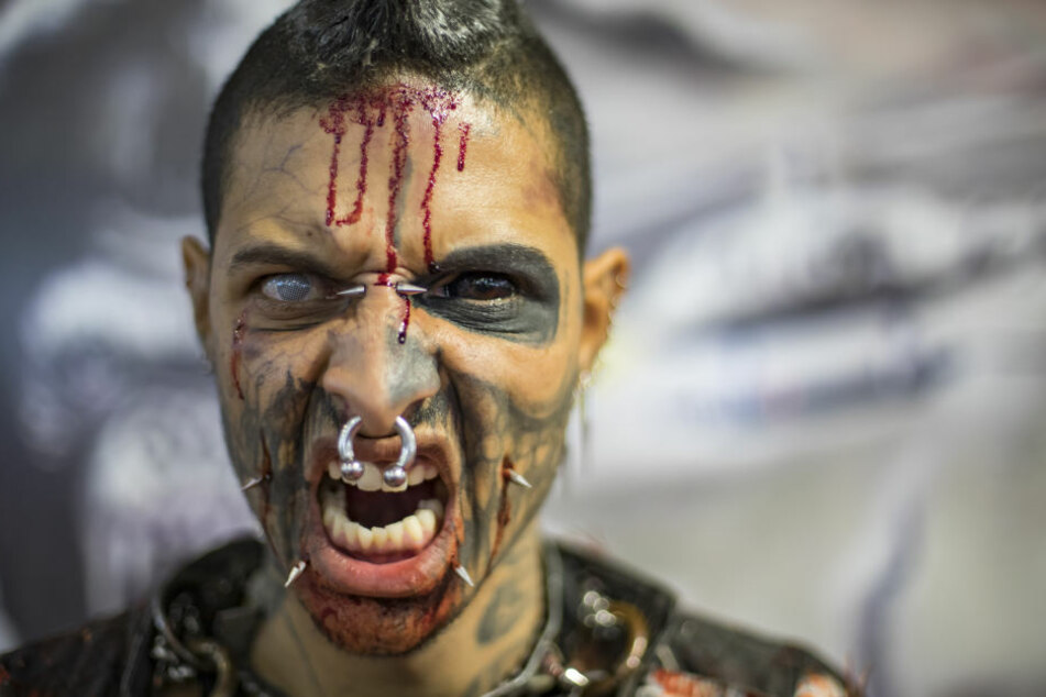 Ein Gast der Tattoo Week in Brasilien zeigt, was er hat.