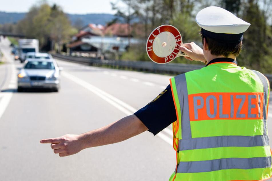 Der Verkehr wird von der Polizei an der Unfallstelle vorbeigeleitet. (Symbolbild)