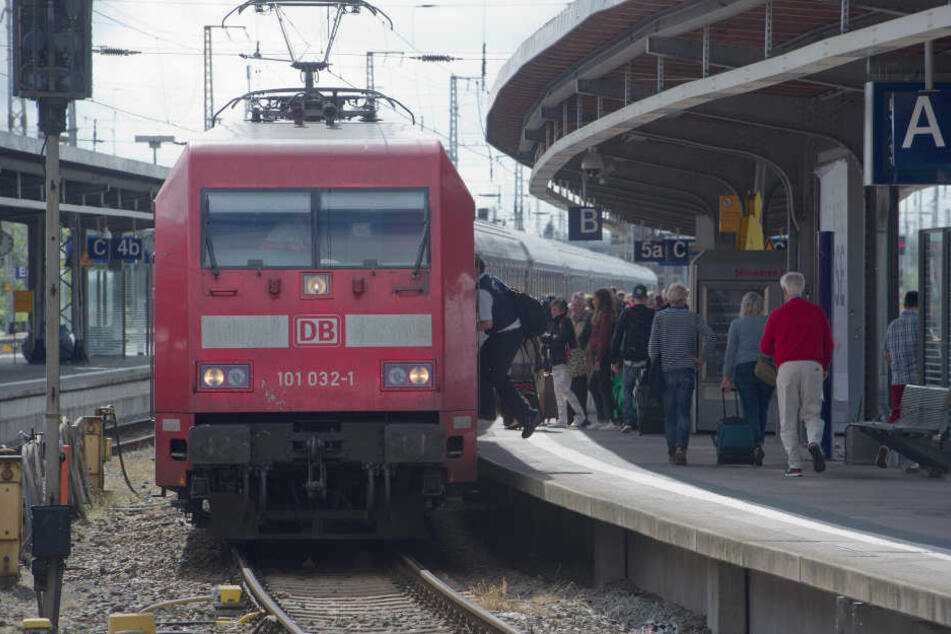 Die Zweijährige blieb am Bahnhof zurück. (Symbolbild)
