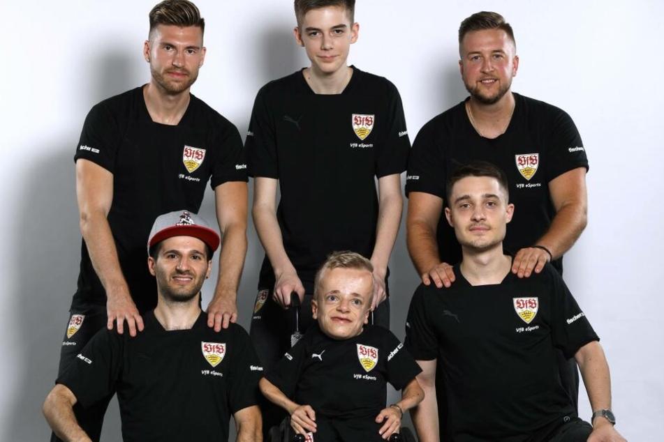 """Zum gesamten Kader des VfB eSports gehören außerdem noch die beiden eSports-Talente Lukas Seiler (oben Mitte), Niklas Luginsland (unten Mitte), sowie das bekannte YouTube-Duo """"Tisi Schuhbech"""", bestehend aus Simon Bechtold (oben links) und Timo Schulz (obe"""