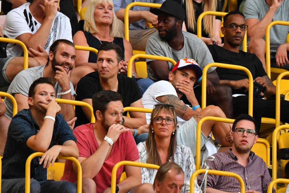 Pascal Testroet (zweite Reihe rechts) saß am Montagabend bei Dynamo nur auf der Tribüne. Nun wechselt er wohl ausgerechnet nach Aue.