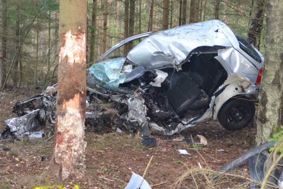 Der Fahrer konnte aus diesem Wrack nur noch tot geborgen werden.