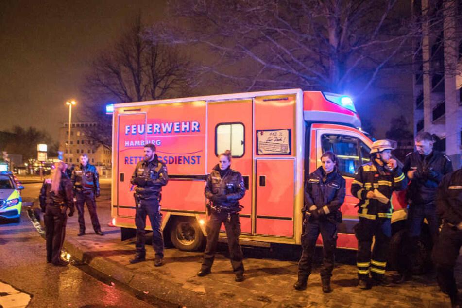 Die Rettungskräfte der Feuerwehr mussten durch die Polizei gesichert werden.