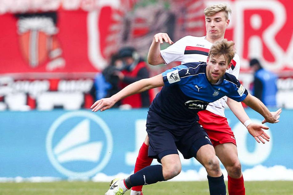 Jan Washausen (v., gegen Erfurts Elias Huth) konnte in seinen ersten beiden Partien für den FSV überzeugen. Trainer Torsten Ziegner setzt auf ihn.