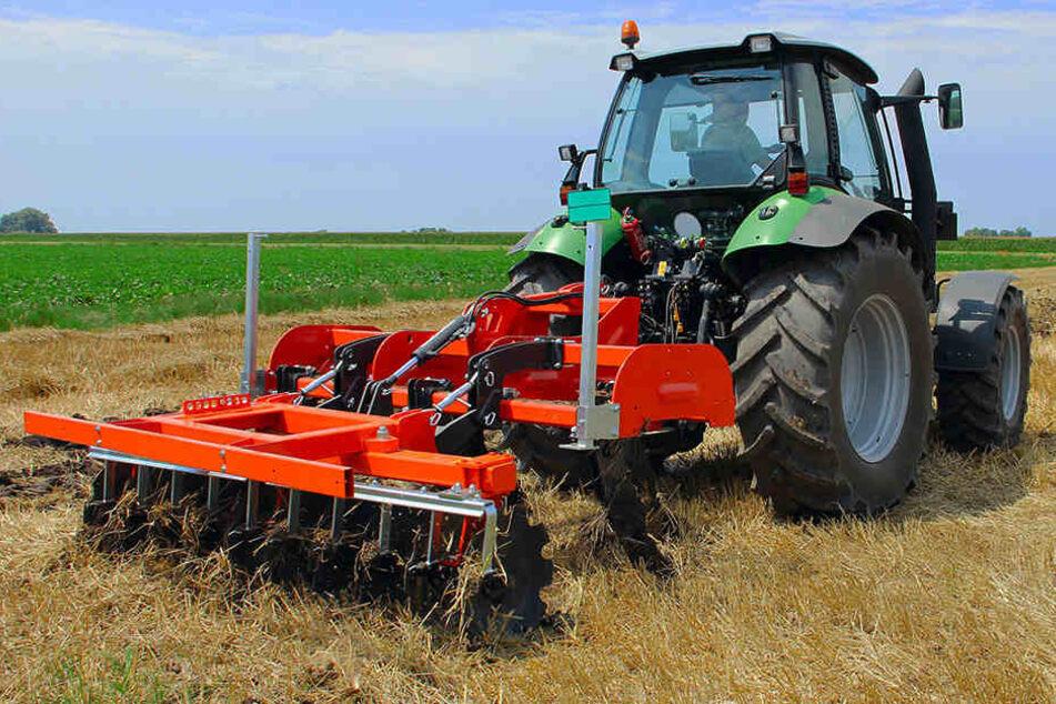 Mit einer Kreiselegge wird der Boden aufgelockert, um zu Säen. Der Landwirt geriet in die laufende Maschine und starb. (Symbolbild)