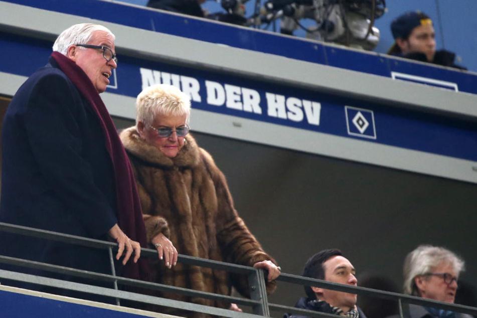 HSV-Mäzen Klaus-Michael Kühne hier mit seiner Frau Christine im Volksparkstadion will den HSV weiter unterstützen (Archivbild).