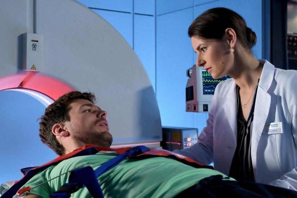 Währenddessen versucht Dr. Maria Weber, einem Patienten zu helfen, der sich nicht daran erinnern kann, wer er ist.