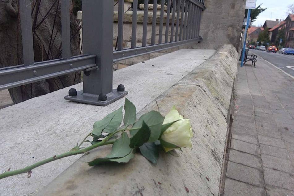 Eine junge Frau legte am Freitagmorgen eine Rose am Tatort ab.