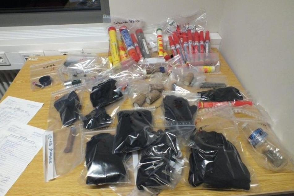 Zahlreiche Böller, Warnfackeln, aber auch Messer und Schlagringe wurden bei den Durchsuchungen der Polizei sichergestellt.