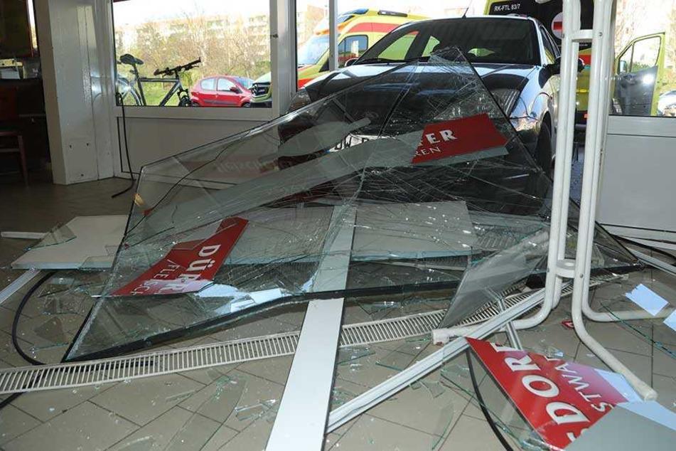 Unfall in Freital: Ford kracht in Fleischerei
