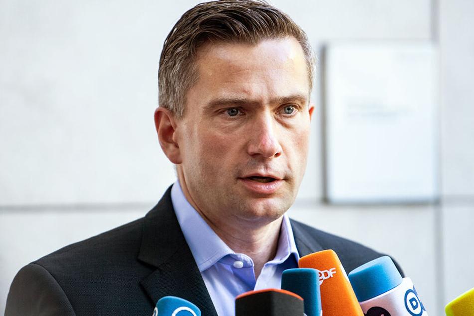 Wirtschaftsminister Martin Dulig unterzeichnet am Freitag einen Vertrag.