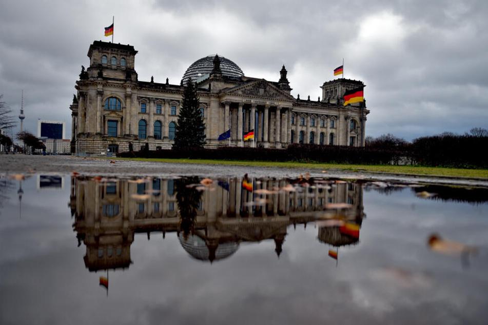 Graue Wolken über dem Reichstag.