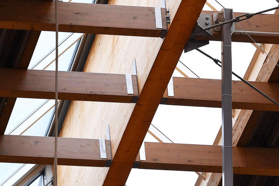 Ab Juli werden erstmal die Brettschichtholzbinder des Daches saniert.