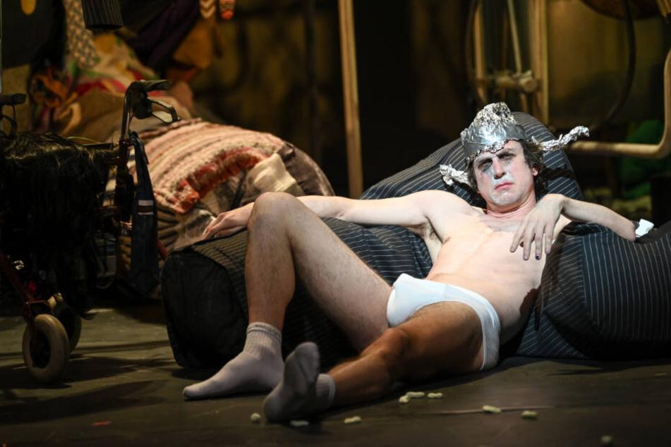 """Der Schauspieler Lars Eidinger (als Peer Gynt) liegt bei der Fotoprobe zu dem Stück """"Peer Gynt"""" in der Schaubühne auf der Bühne."""