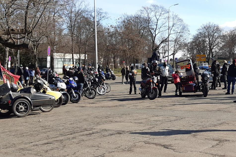 Um 12 Uhr startete ein Aufzug der Gegendemonstranten vom Völkerschlachtdenkmal.