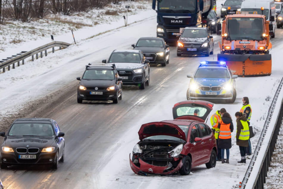 Schnee und Glatteis sorgen für Unfälle in Bayern: mehrere Verletzte