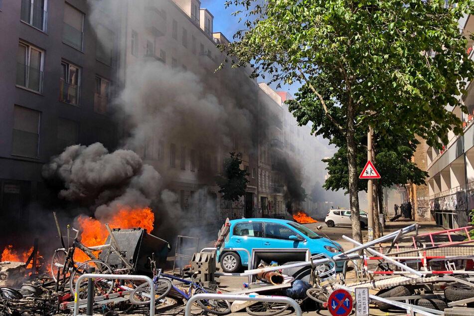 Eine Barrikade brennt in der Rigaer Straße in Berlin-Friedrichshain. Später wurden die Polizisten mit einem Steinhagel attackiert.