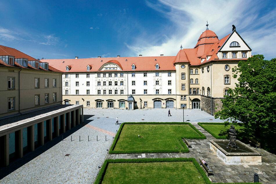 Das Landratsamt in Pirna. Die FDP-Juristen wünschen sich weniger Sonderrechte für die Landkreise insgesamt, wenn es um Verordnungen geht.