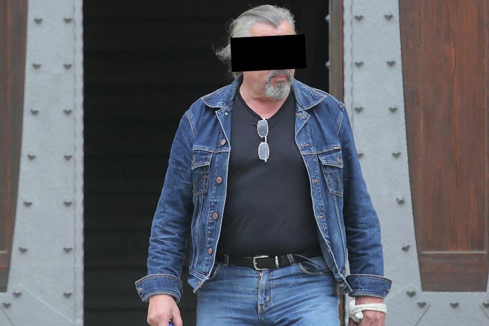 Baumaschinist Detlev J. (68) kämpft vor Gericht gegen eine Prügel-Anklage, behauptet, selbst das Opfer zu sein.