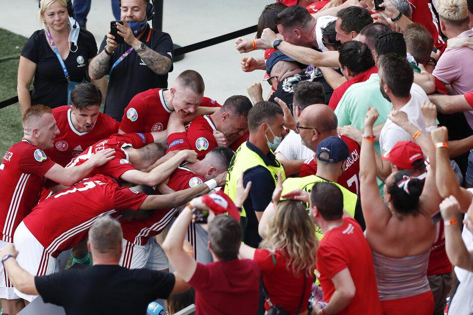 Attila, wo bist Du? Der Torschütze rannte nach dem 1:0 an den Platz einer Reporterin und kickte ihren Tisch um, während er von den Fans gefeiert wurde.