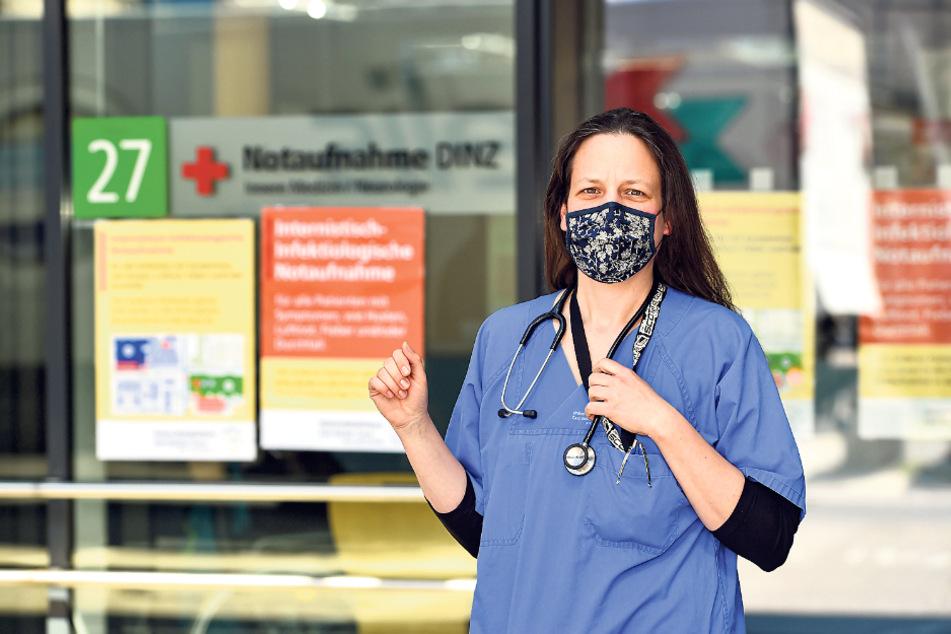"""""""Covid-19 bleibt eine gefährliche Krankheit, die tödlich verlaufen kann"""": Dr. Julia Fantana (38) steht mit selbstgenähtem Mundschutz vor der Corona-Notaufnahme. Die Stoffmaske muss jetzt auf dem gesamten Klinikgelände getragen werden."""
