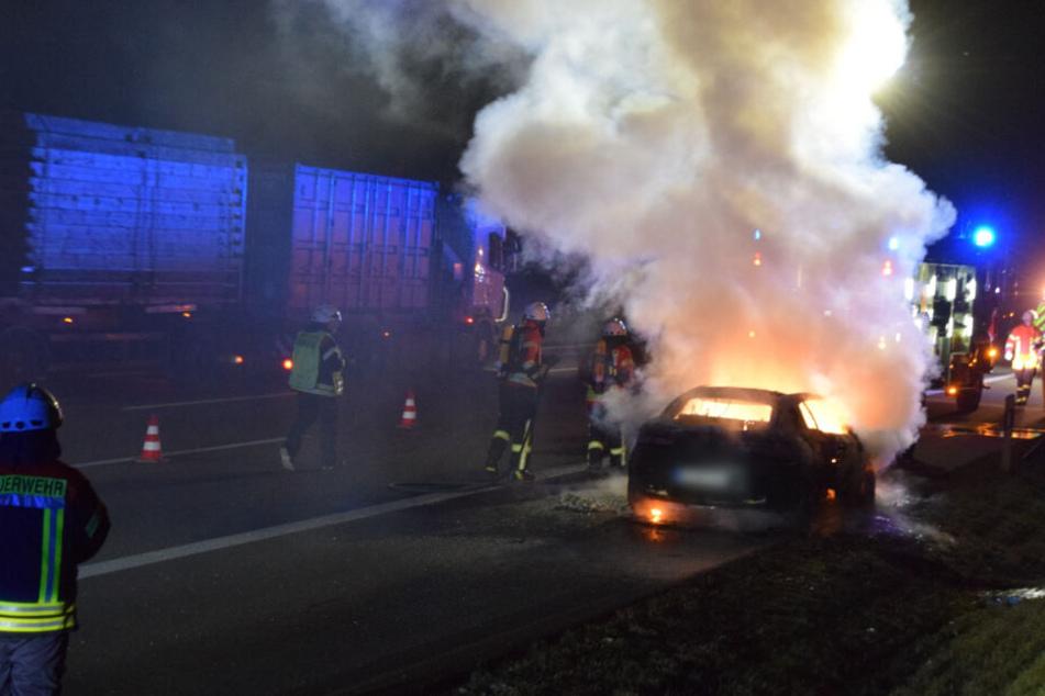 Meterhohe Flammen auf A6: Auto fackelt komplett ab