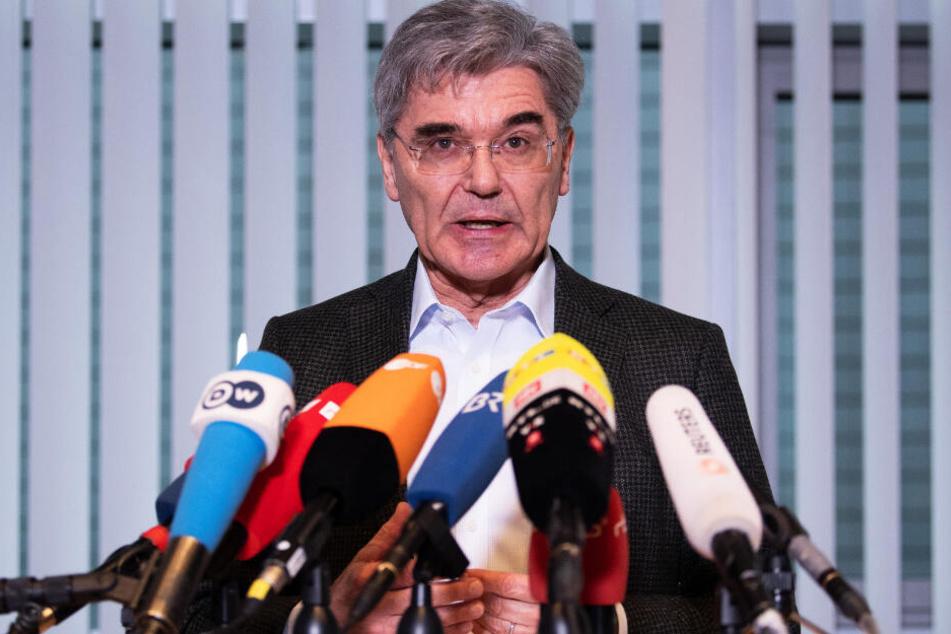 Joe Kaeser, Vorstandsvorsitzender der Siemens AG, beantwortet nach einem Gespräch mit der Fridays-for-Future-Aktivistin Neubauer Fragen von Journalisten.