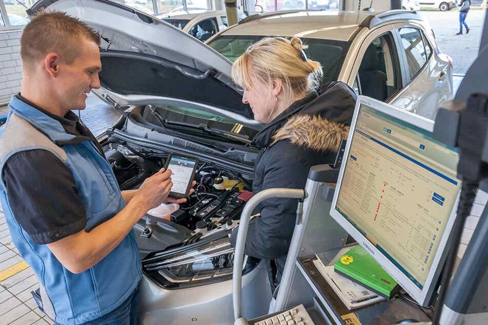 """Moderne Analyse am Computer: Werkstattmeister Michael Beetz (34) beim  Kundengespräch im Autohaus """"Zimpel & Franke""""."""