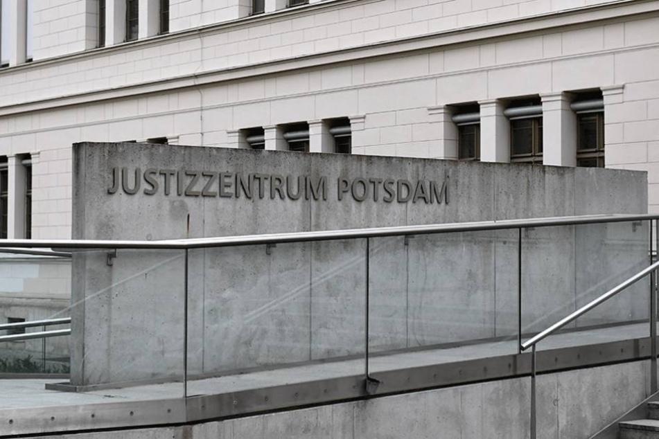 Am Landgericht Potsdam hat der Prozess um die Ermordung eines Geschäftsmannes begonnen.