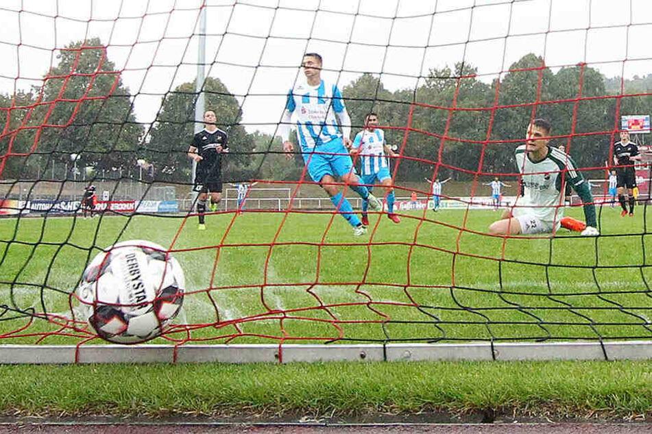 Mit diesem Treffer zum 4:2 machte Daniel Frahn (M.) in Halberstadt den Deckel drauf. Es war sein dritter in dieser Partie und der erste Hattrick in der langen Karriere des Stürmers.