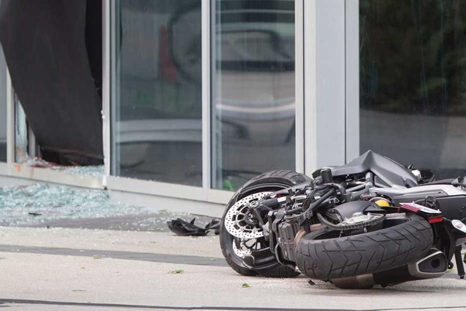 Der Motorradfahrer hatte ein stehendes Auto übersehen (Symbolfoto).