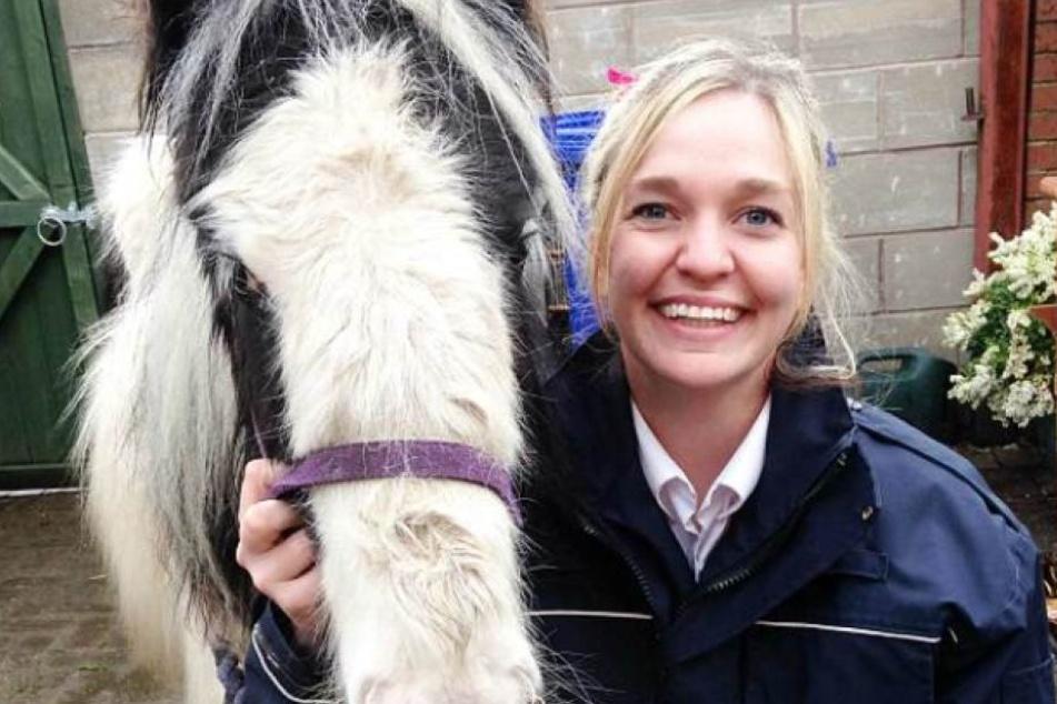 Die Beamtin der Polizei mit dem geretteten Pony.