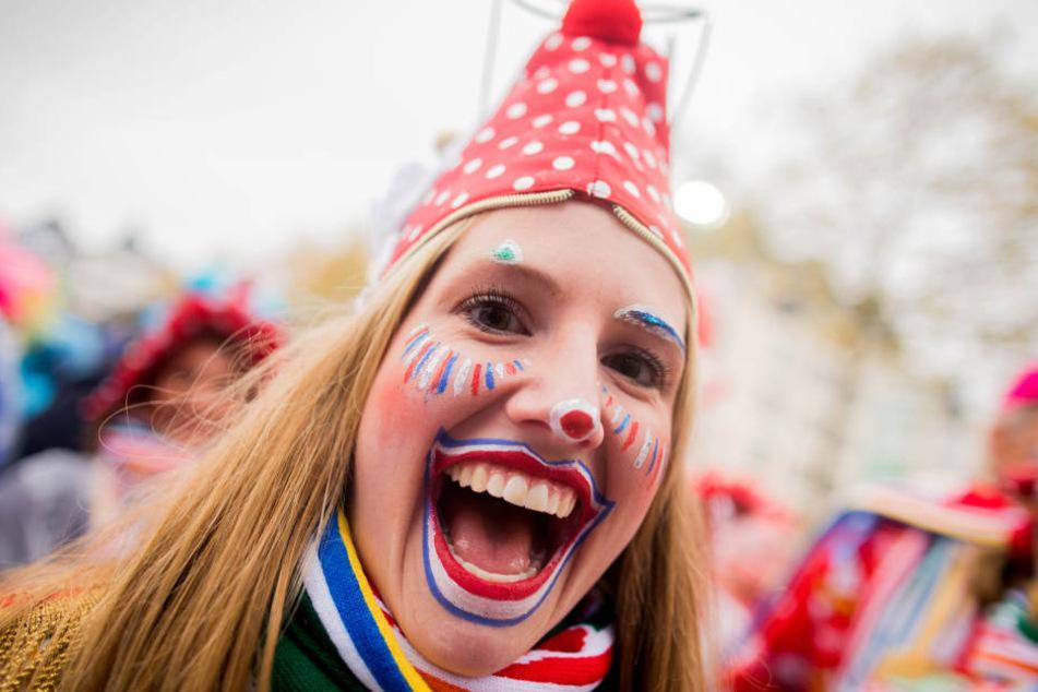Ein Frau fiebert dem Karneval auf dem Kölner Heumarkt entgegen.