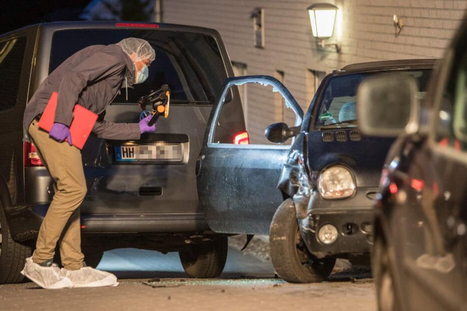 Ein Mitarbeiter der Spurensicherung untersucht den Kleinwagen.