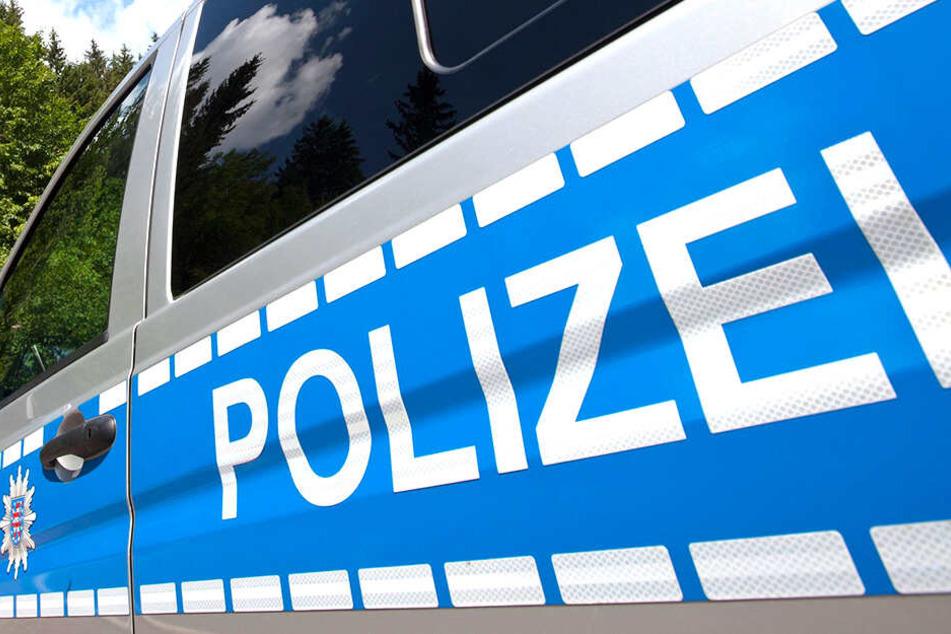 Die Polizei vermutet: Weil ein Mann zu schnell unterwegs war, kam er von der Straße ab.