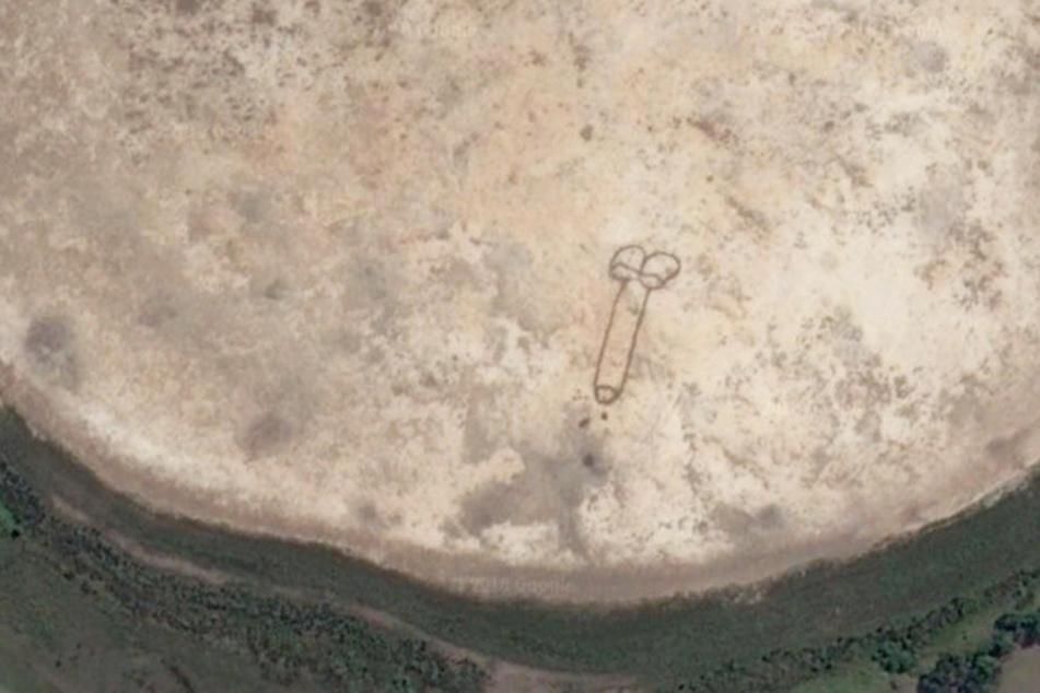 Künstler malt Penis in trockenen See und ahnt die Auswirkungen nicht