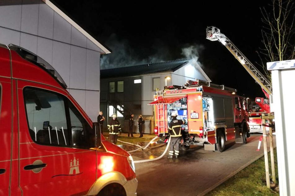 Die Feuerwehr nutzte eine Drehleiter zum Löschen des Feuers.
